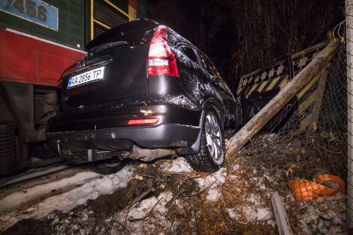 Водитель остановился на железнодорожных колеях, чтобы найти пропуск в жилкоплекс