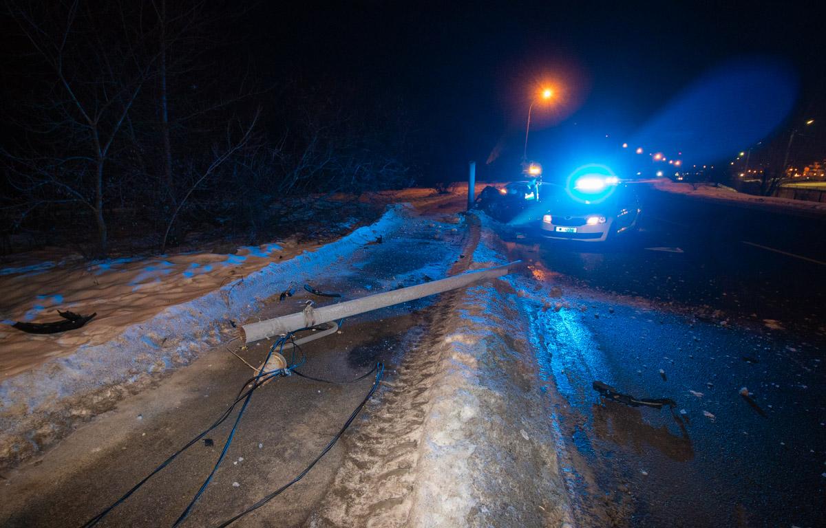 Водитель Audi А3 снес электрический столб и покинул место происшествия до прибытия патрульных