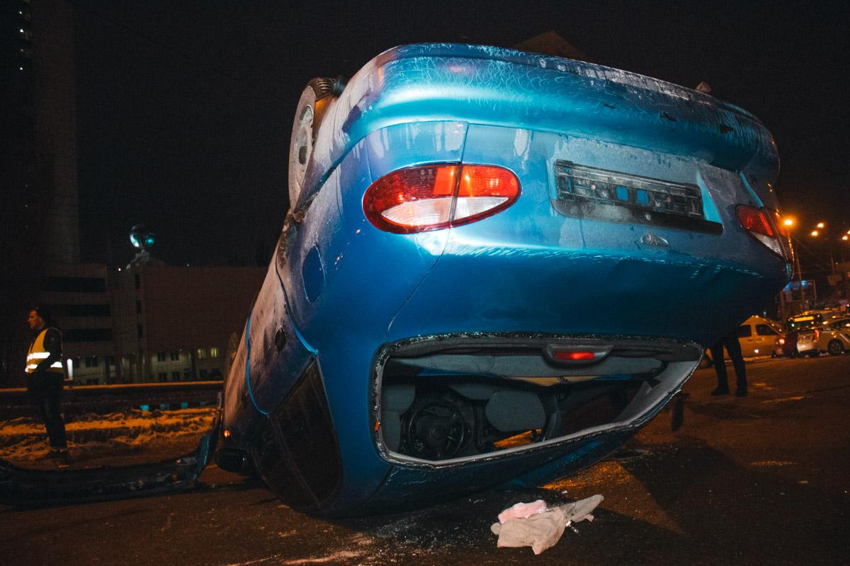 Правоохранители сообщили, что находится рядом с перевернутой машиной небезопасно, так как из баллона, который находился внутри, вытек газ