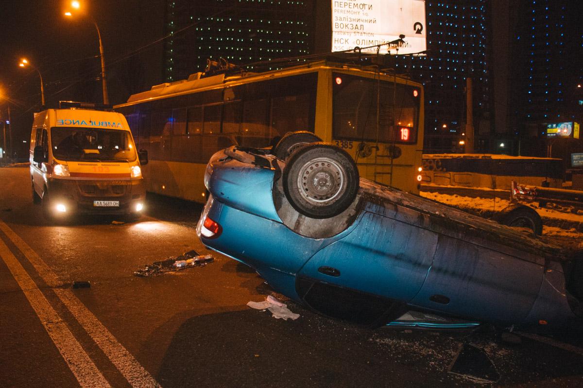Водитель легковушки смог самостоятельно выбраться из авто через задние двери