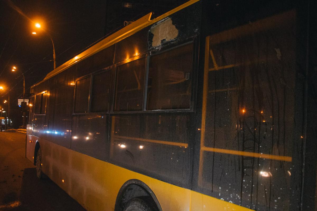 Часть бампера Daewoo оказалась на крыше общественного транспорта
