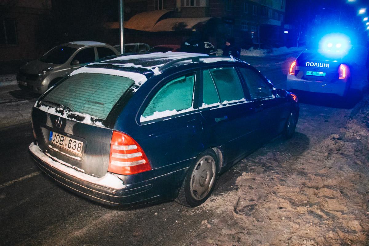 После пары минут погони, правоохранителям удалось обогнать универсал и перекрыть дорогу, в следствии чего «гонщик» остановился