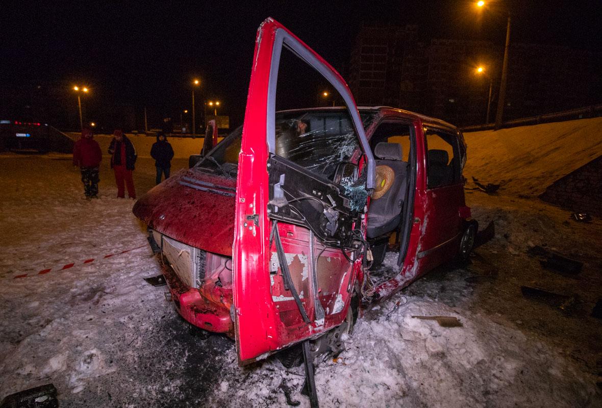 Автомобиль снес ограждение и вылетел на пешеходный круг
