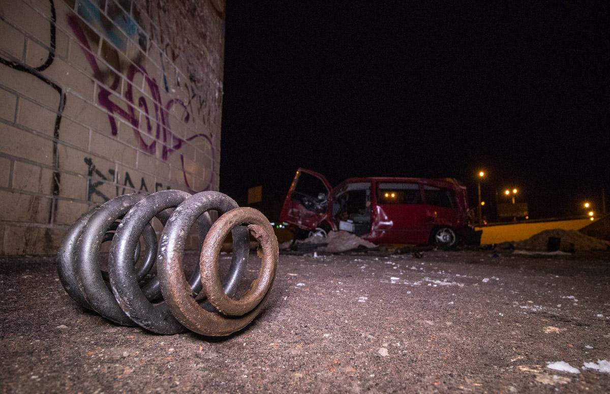 Машина снесла отбойник и слетела в в пешеходную часть круга