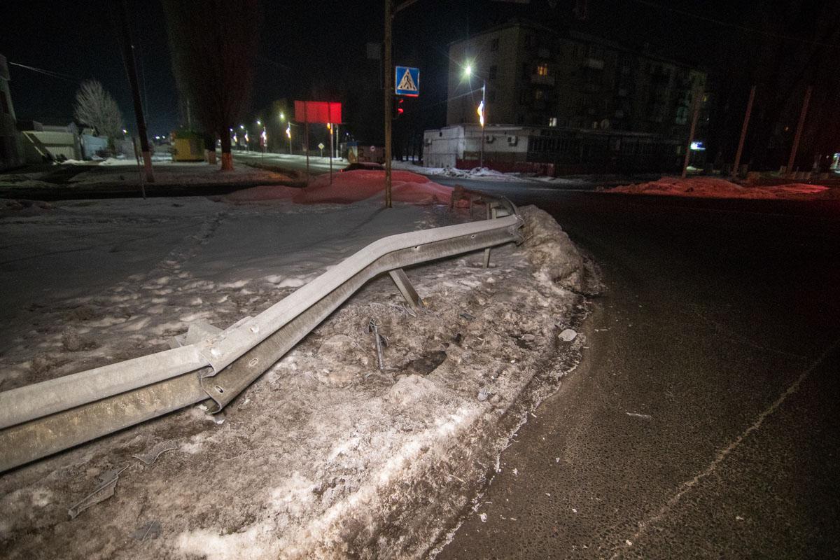 По предварительной информации, водитель одного из автомобилей не справился с управлением и въехал в отбойник