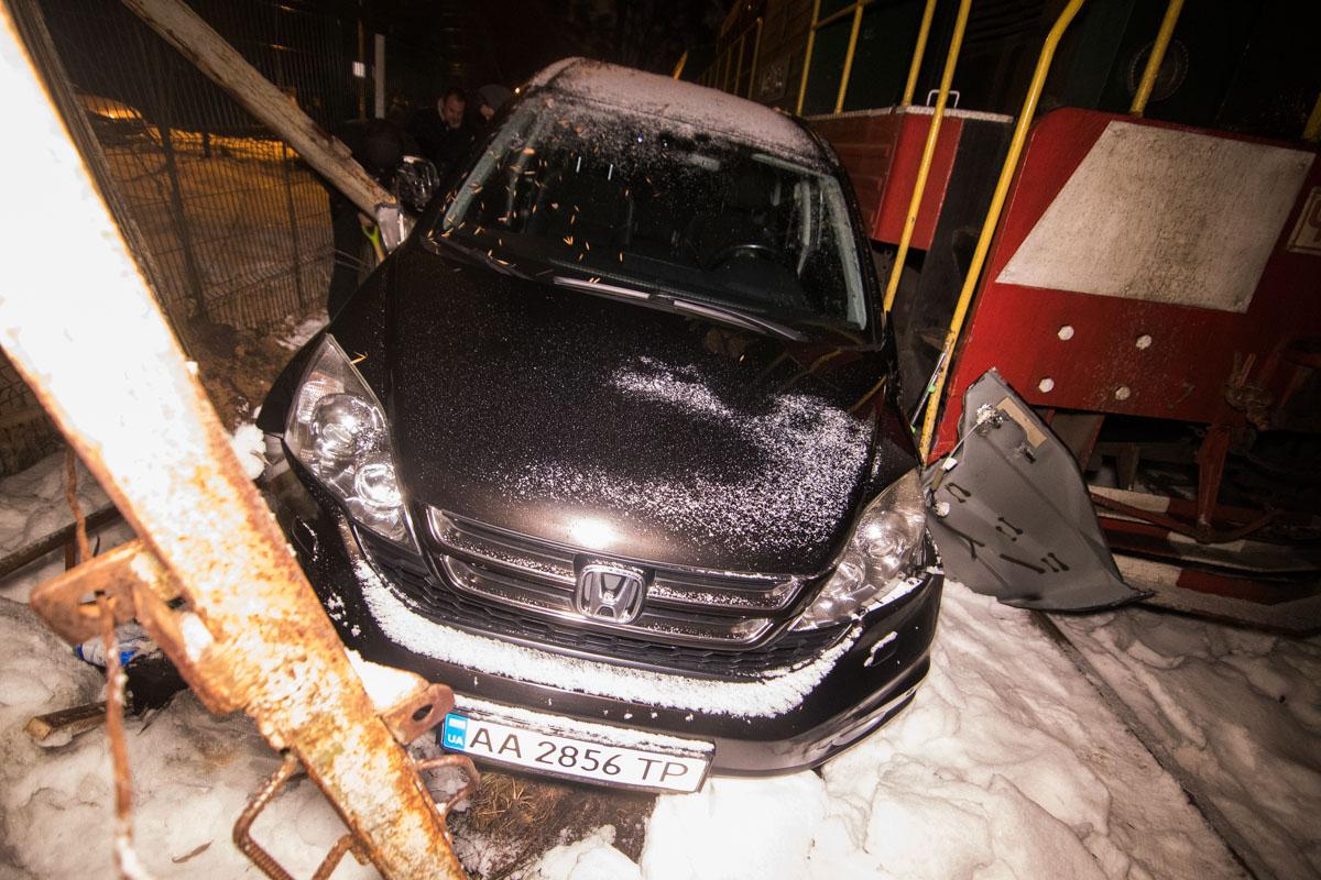 Поезд тормозил около 30 метров, затем ударил машину в левый бок