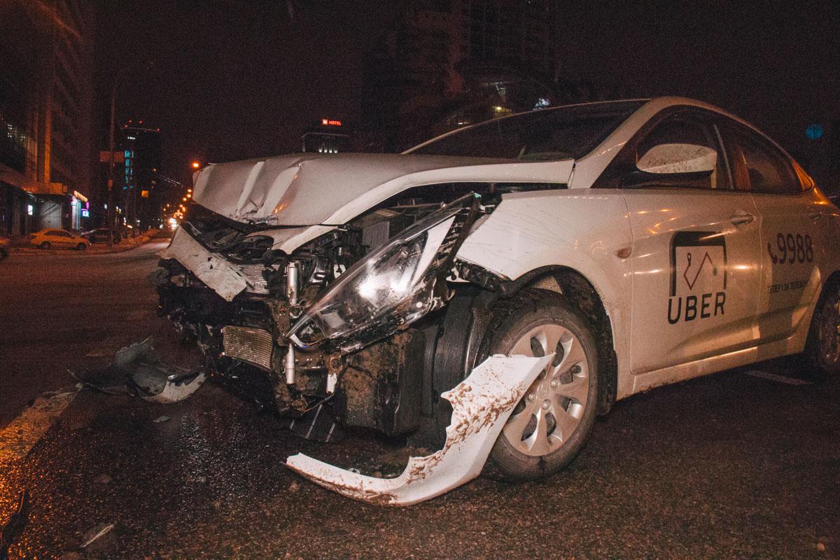 11 января, на площади Победы произошло ДТП с участием такси Uber Hyundai Accent и BMW