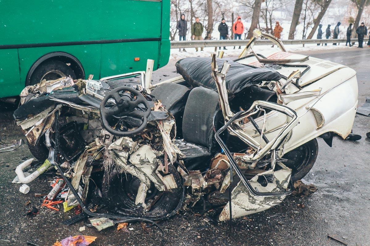 Всем погибшим (водитель легковушки и две женщины-пассажира) было около 30 лет
