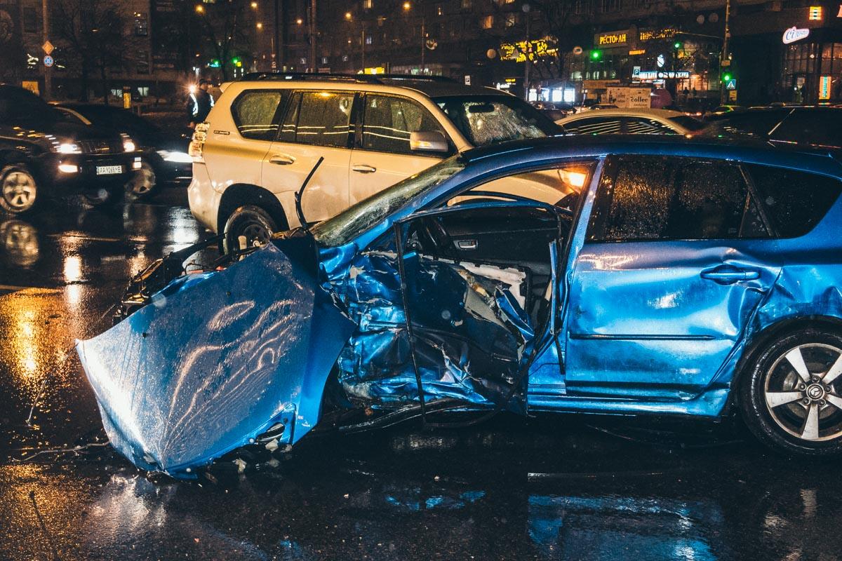 Водителя Mazda зажало в салоне, его вырезали спасатели