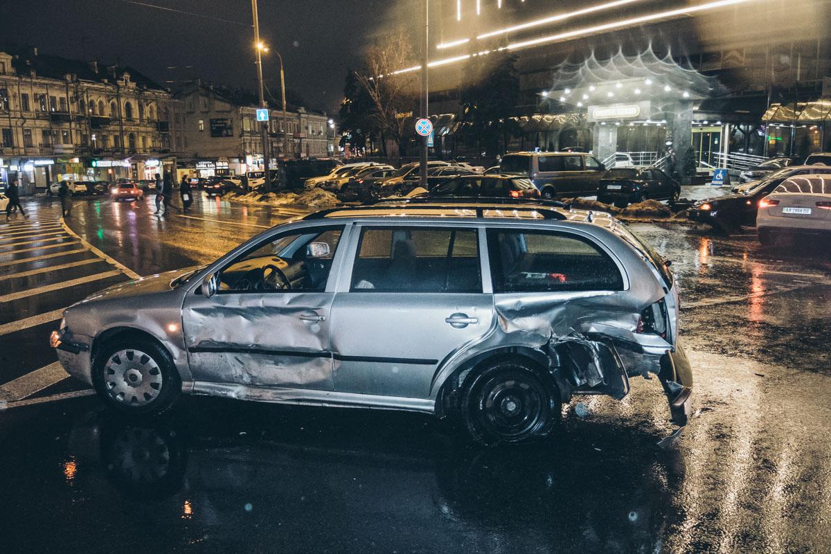 Предварительно, Audi на большой скорости двигался по улице Саксаганской, а Mazda и Skoda по Дмитриевской ему навстречу