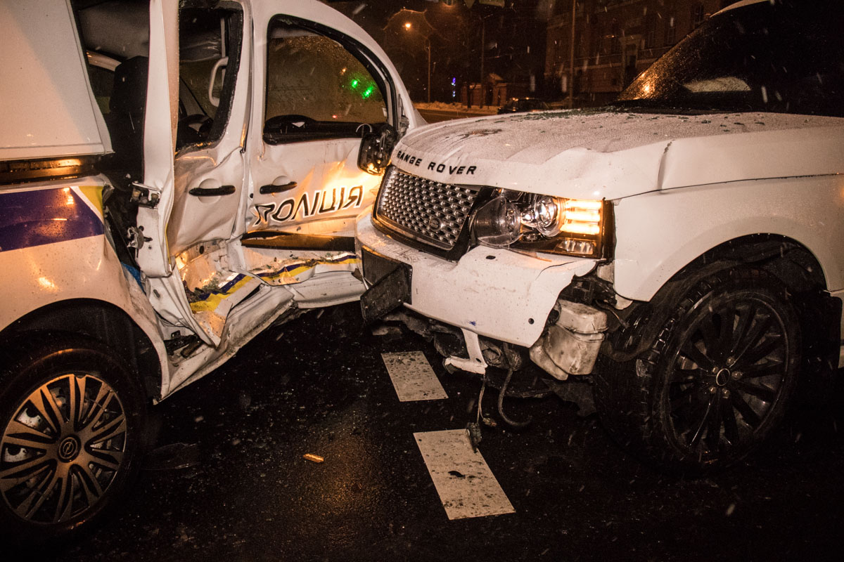 В ночь на 2 января в центре Киева Range Rover Sport врезался в полицейский Renault Kangoo