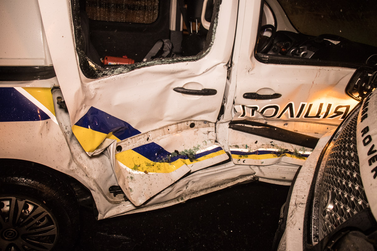 По неподтвержденной информации, в аварии пострадали двое полицейских
