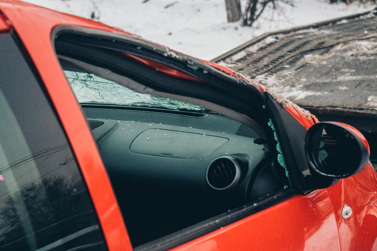 Водитель красного Citroen C1 не справилась с управлением и вылетела с дороги