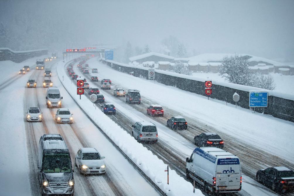Обильные снегопады уже поставили транспортную сеть Австрии и отдельных регионов Германии на грань коллапса