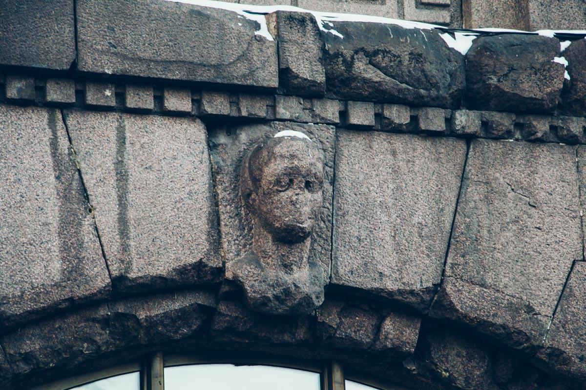Угрюмая голова без лица напоминает какое-то инопланетное или потустороннее существо