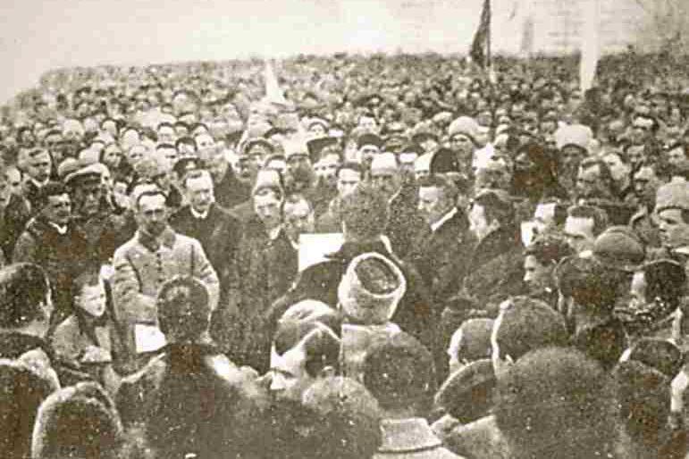 Намосту Патона киевляне создали  «живую цепь Соборности»