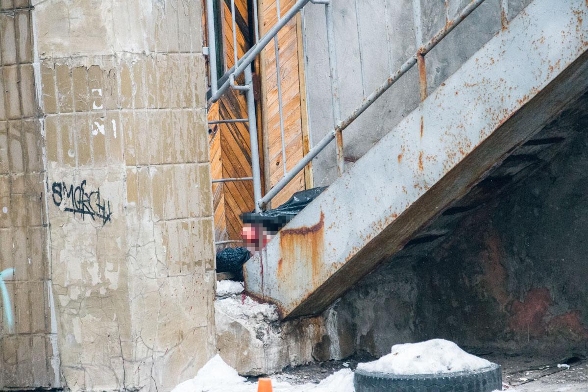Тело лежало на ступеньках парадного 17-этажного дома