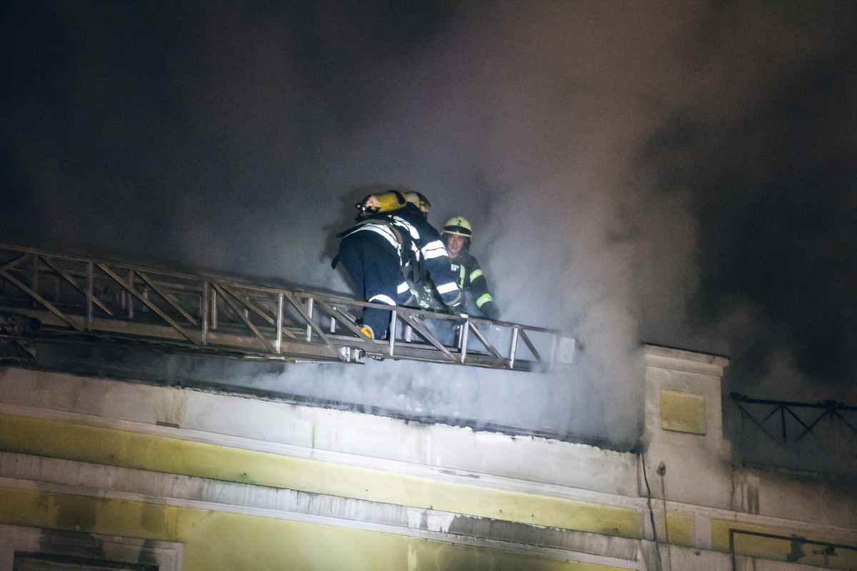 Также существовала угроза распространения огня на соседние здания
