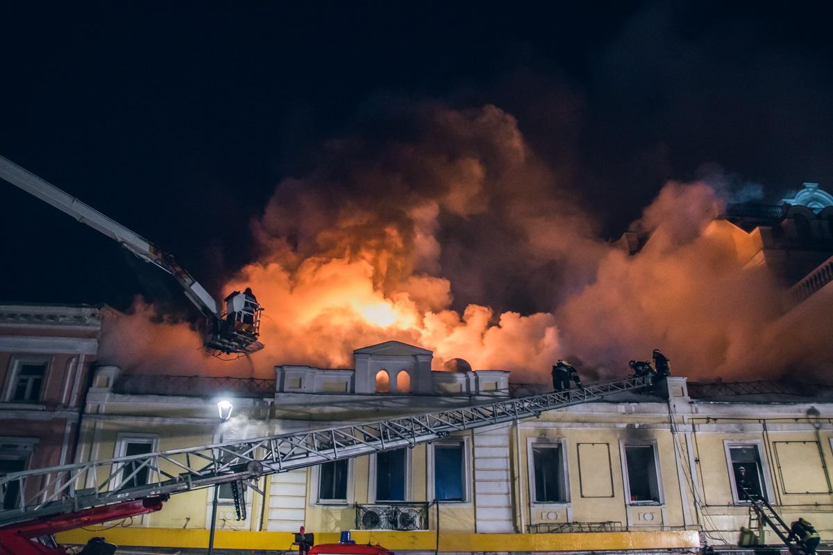 Огонь охватил второй этаж здания и распространился на крышу