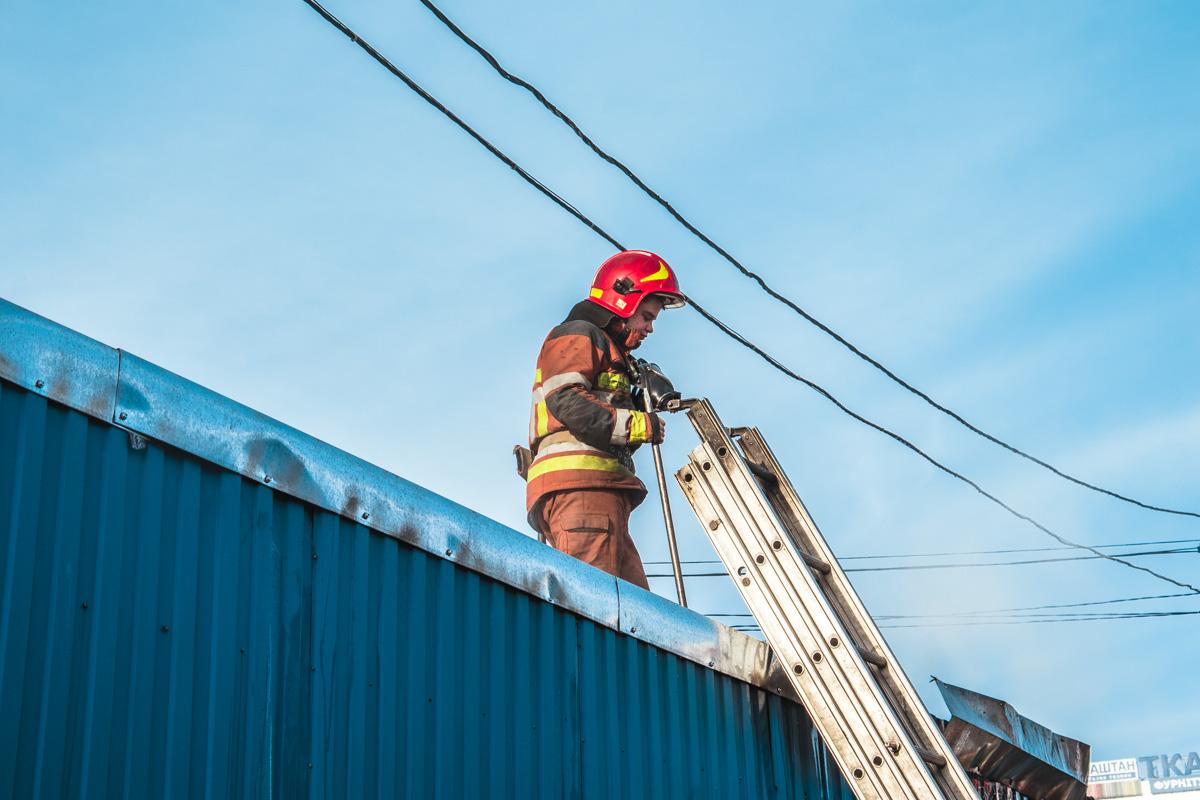 Прибывшим на место пожарным удалось не допустить распространения огня