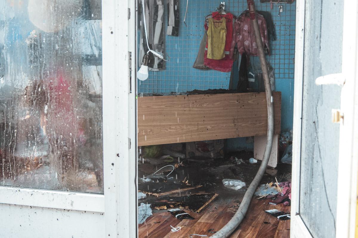 В момент начала пожара внутри были продавцы