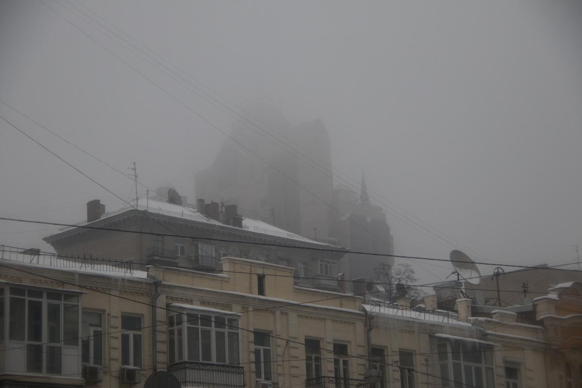 В утреннем сизом тумане мир кажется загадочным
