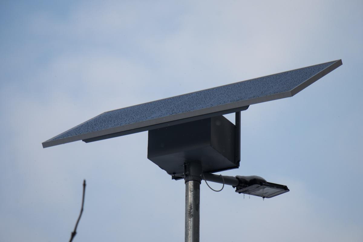 На столбе закреплена пластина, которая впитывает солнечную энергию в течение дня