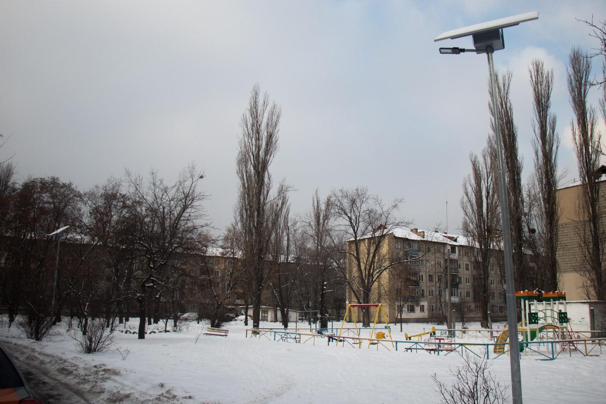 Некоторые улицы Киева теперь будут освещать фонари, заряженные солнечной энергией