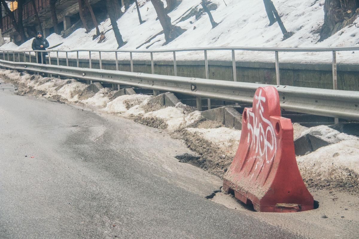 У края дороги асфальт сходит вместе со снегом
