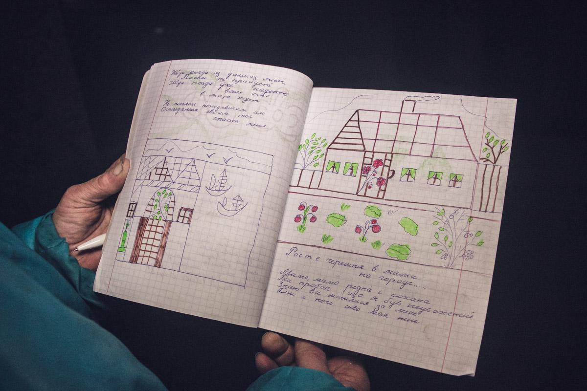 Бездомная женщина Татьяна пишет в переходе стихи