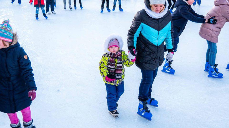 На Позняках покататься на коньках смогут и самые маленькием