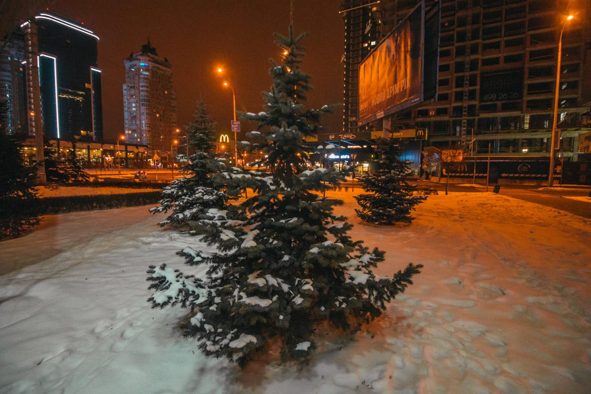 По Минской площади приятно прогуливаться в любое время суток
