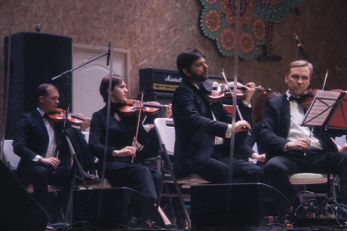 Даже те, кто не умели танцевать, с удовольствием вальсировали под аккомпанемент струнного оркестра