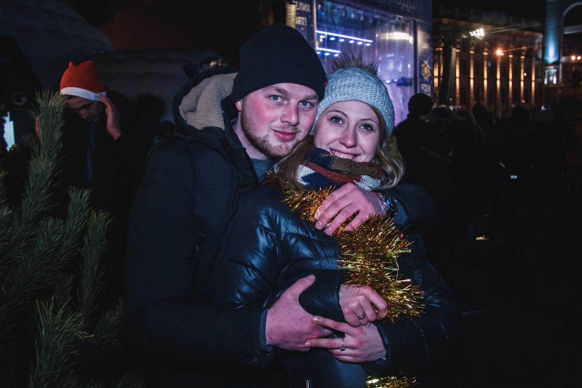 На площади и улице Сагайдачного собрались множество людей для того, чтобы вместе встретить момент рождения Нового года