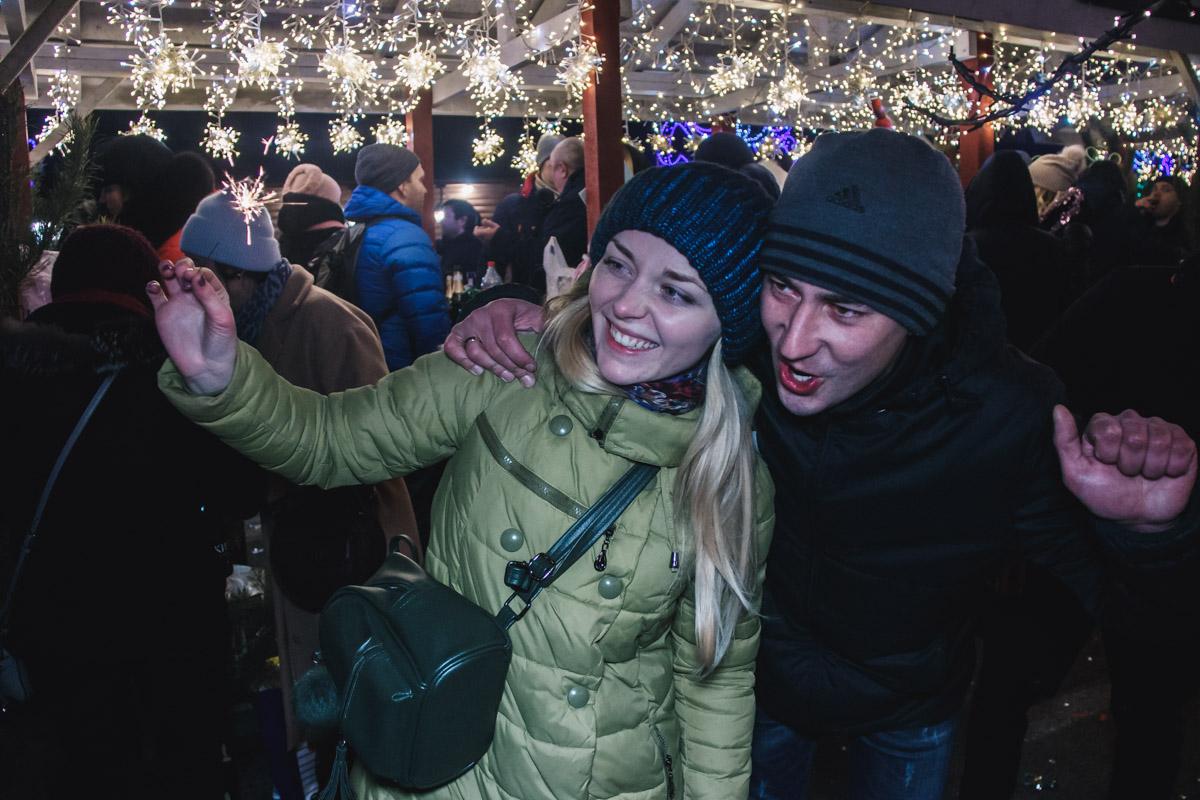 Новогодняя иллюминация поднимала настроение и дарила всем посетителям площади незабываемые ощущения чудес