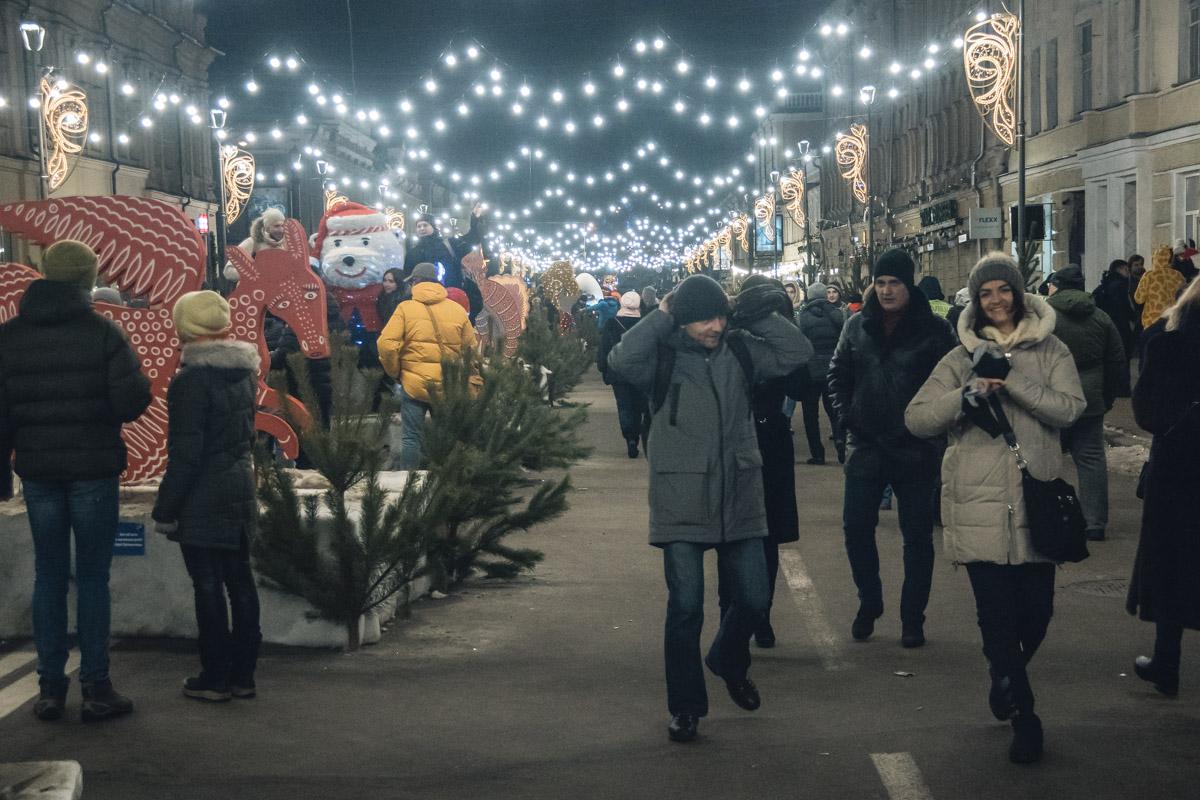 В ночь на 1 января в Киеве на Контрактовой площади собрались сотни людей для того, чтобы вместе отметить главный праздник года