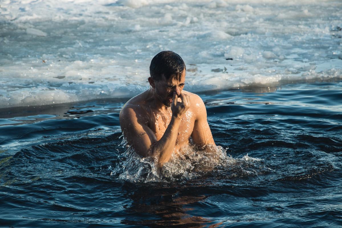 По легенде, если окунуться с головой в холодную воду на Крещение, то весь год будешь здоров