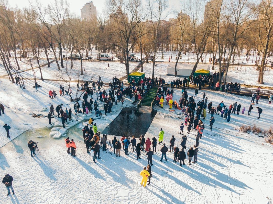 """В парке """"Наталка"""" собрались сотни любопытных зрителей и """"моржей"""""""