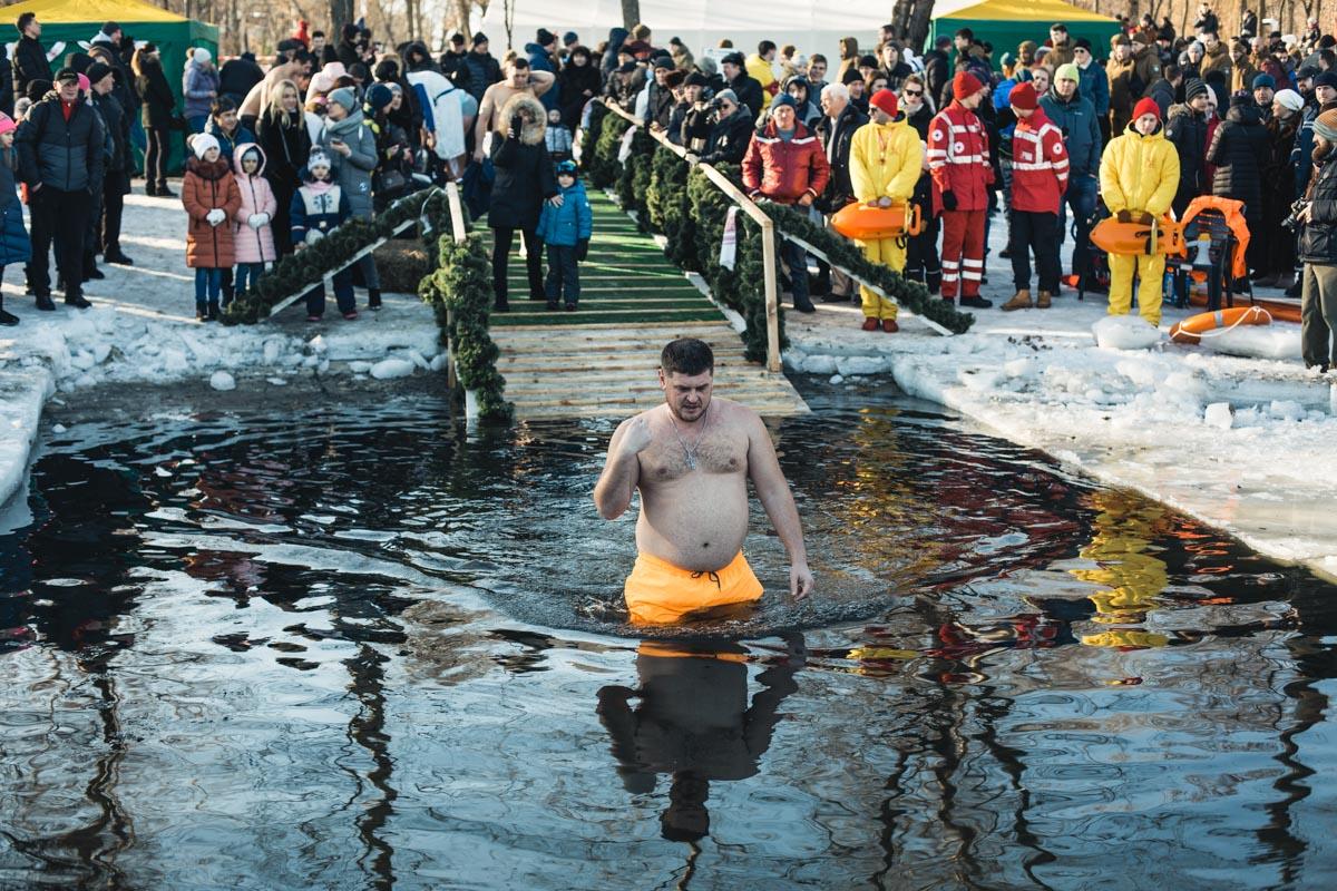 В светлый праздник Крещения существует всем известная традиция нырять в прорубь
