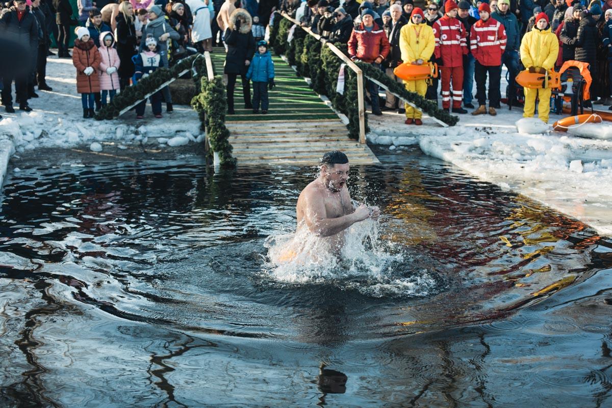 Окунуться в студеную воду непросто, однако многие верят что в день Крещения она имеет свойство исцелять