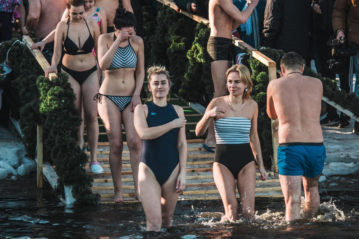 Несколько смелых девушек также окунулись в воду