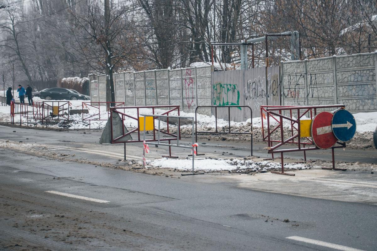 Местные жители утверждают, что ручьи воды потекли из-за прорыва коммуникаций