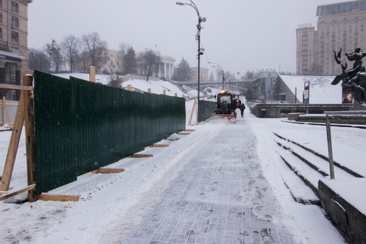 Улицу уже ограждают забором, который протянется от верхнего выхода со станции метро«Крещатик» до Майдана Независимости