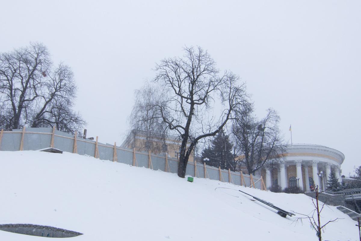 """Кроме того, помимо установки забора и обустройства бытового городка сотрудники """"Киевзеленстроя"""" начнут обследовать зеленые насаждения"""