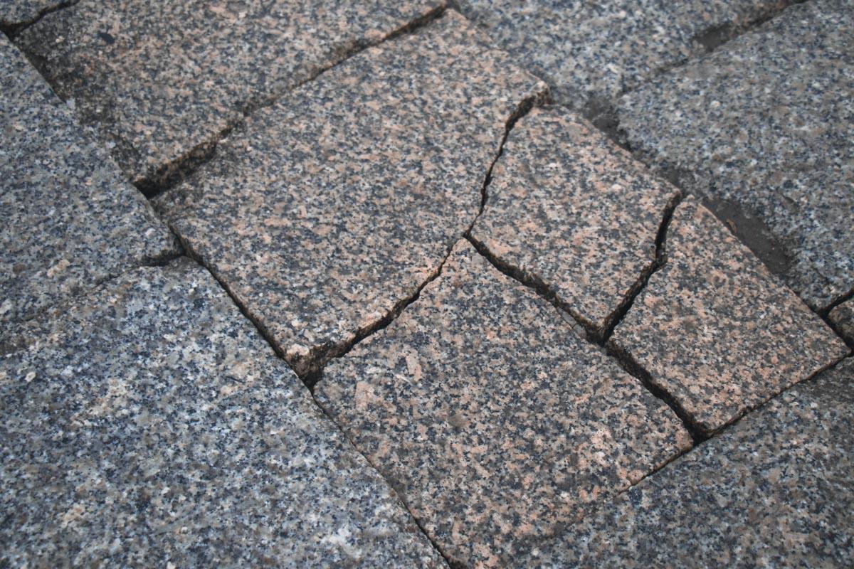 При разработке проекта участники тендера должны предусмотреть мощение тротуаров ФЭМ или природным камнем