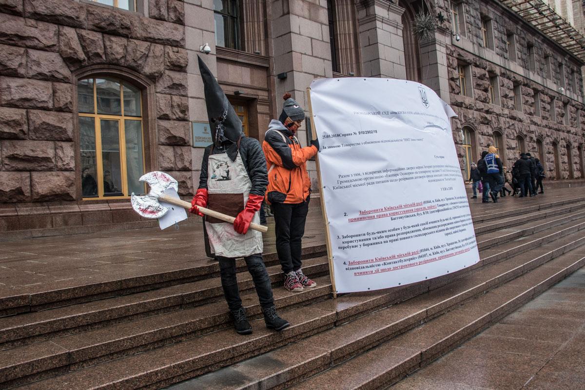 """В качестве доказательства, участники митинга показывают решения судов о том, что банк """"Аркада"""" является законным застройщиком на этой территории"""