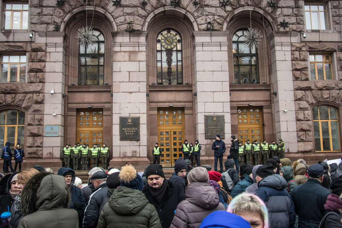 Собравшиеся под стенами КГГА люди ждут решения, которое должно быть принято на заседании