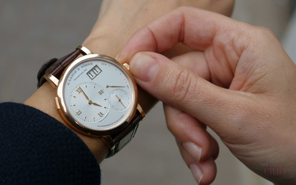 Наверняка вы уже слышали, что часы в подарок - либо к разлуке, либо к тому, что любимый человек будет изменять