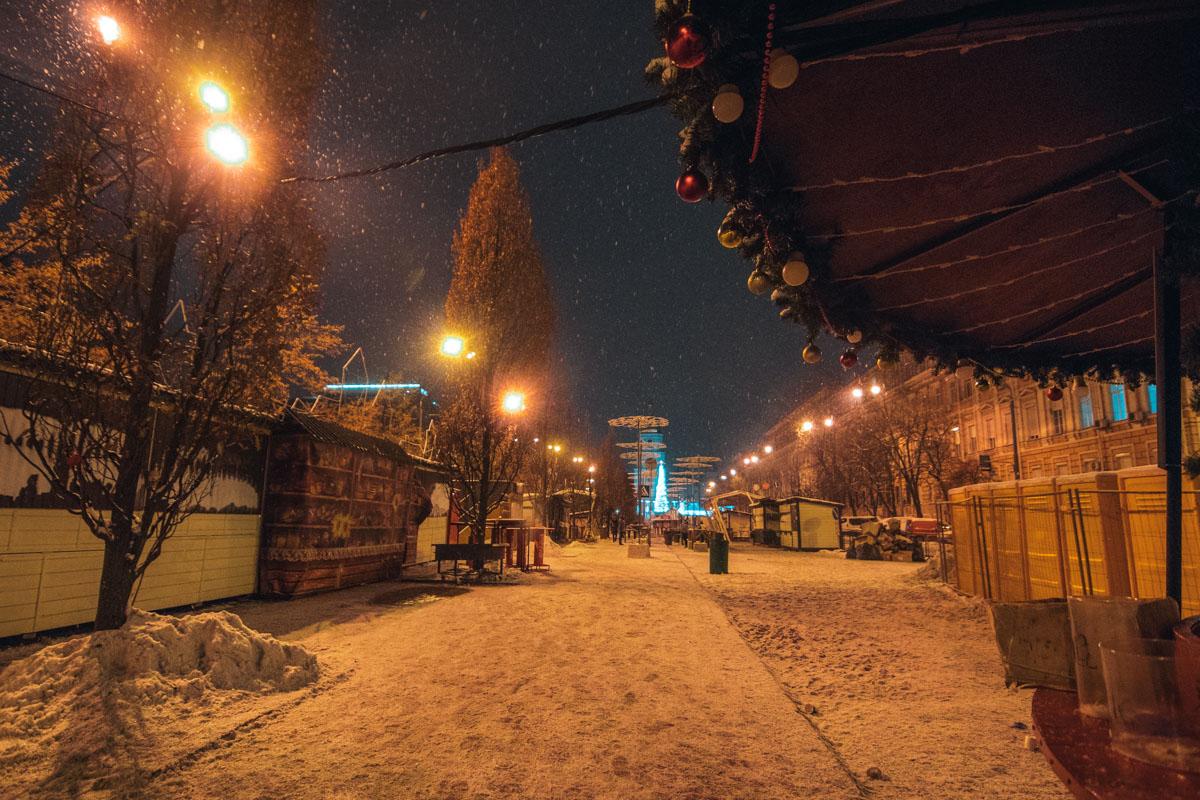 На пустых улицах столицы можно было изредка встретить людей и поздравить их с праздником