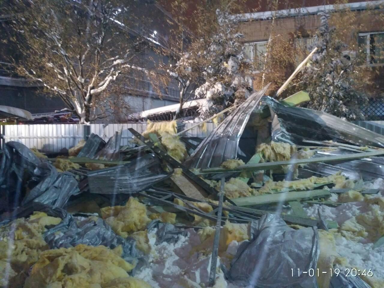 По данным местных СМИ, причиной обвала стало давление снега на крышу киоска